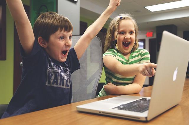 Quand les enfants jouent sur Internet